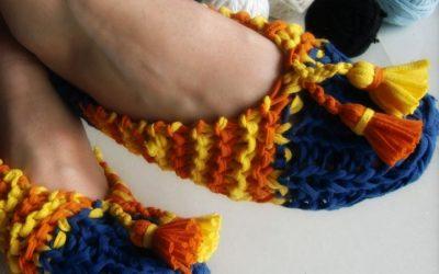 Cómo tejer unas zapatillas a trapillo, fabricando tu propio material a través de una camiseta.